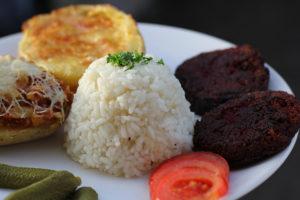 céklás zöldségpogácsa rizzsel